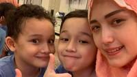 """<em>Hari ini dirumah tarawih ber3 ajaa sama dewa n sakha...,</em>"" tulis Adelia, sambil curhat kangen sama Pasha karena sudah sebulan enggak ketemu. (Foto: Instagram @adeliapasha)"