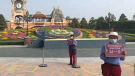 FOTO: Wajah-wajah Bermasker di Disneyland Shanghai
