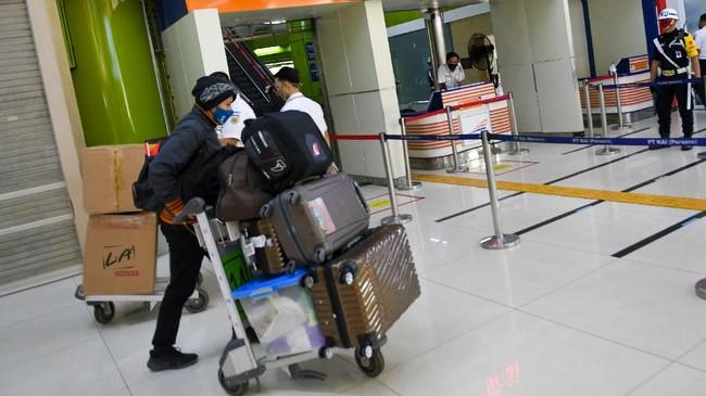 Calon penumpang mendorong troli barang bawaan di Stasiun Gambir, Jakarta, Selasa (12/5/2020). PT Kereta Api Indonesia (KAI) mengoperasikan kereta api luar biasa (KLB) jarak jauh untuk melayani penumpang yang dikecualikan sesuai aturan pemerintah dengan penerapan protokol pencegahan COVID-19 yang ketat hingga 31 Mei 2020 mendatang. ANTARA FOTO/M Risyal Hidayat/foc.