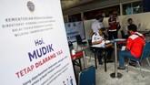 Calon penumpang melengkapi berkas surat persyaratan Gugus Tugas COVID-19 di Stasiun Gambir, Jakarta, Selasa (12/5/2020). PT Kereta Api Indonesia (KAI) mengoperasikan kereta api luar biasa (KLB) jarak jauh untuk melayani penumpang yang dikecualikan sesuai aturan pemerintah dengan penerapan protokol pencegahan COVID-19 yang ketat hingga 31 Mei 2020 mendatang. ANTARA FOTO/M Risyal Hidayat/foc.