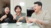 <p>Ko Soobin seru-seruan bareng ayah dan bunda. Kocak banget sih baru pertama kali coba makan kuaci. (Foto: Instagram @yannie_kim)</p>