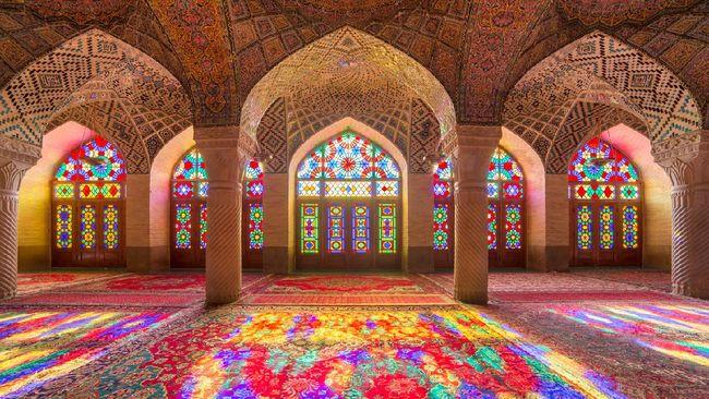 Ada banyak bangunan indah di Iran, yang sebagian besar merupakan karya para arsitek Islam. Salah satunya ialah Masjid 'Pink' Nasir al-Mulk.