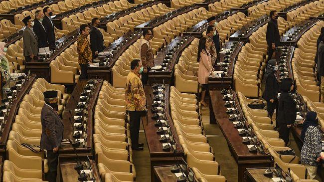 Sejumlah anggota DPR menghadiri Rapat Paripurna masa persidangan III 2019-2020 secara langsung,  di Komplek Parlemen, Jakarta, Selasa (12/5/2020). Dalam rapat paripurna tersebut beragendakan penyampaian Pemerintah terhadap Kerangka Ekonomi Makro dan Pokok-pokok Kebijakan Fiskal (KEM dan PPKF) RAPBN TA 2021 dan pengambilan keputusan Perppu Nomor 1 Tahun 2020 atau Perppu Corona menjadi UU. ANTARA FOTO/Muhammad Adimaja/hp.