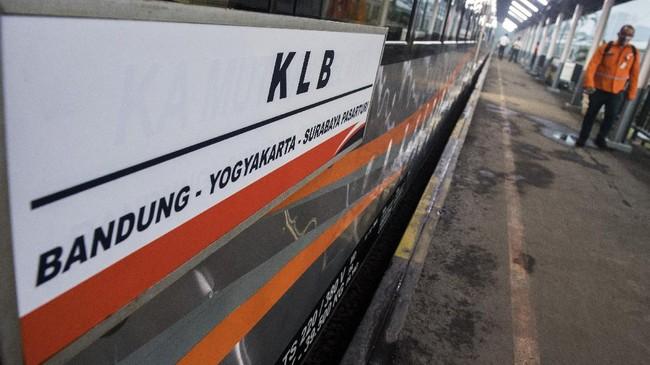 Penumpang melintas di samping gerbong Kereta Api Luar Biasa (KLB) jurusan Bandung - Surabaya Pasar Turi di Stasiun Bandung, Jawa Barat, Selasa (12/5/2020). PT Kereta Api Indonesia (Persero) mengoperasikan enam perjalanan KLB pada 12-31 Mei 2020 dan masyarakat yang diperbolehkan menggunakan KLB hanya yang memenuhi syarat diantaranya pekerja di penanganan COVID-19, pertahanan, keamanan, kesehatan, kebutuhan dasar, fungsi ekonomi penting, perjalanan darurat pasien atau orang yang memiliki keluarga inti sakit keras atau meninggal dan repatriasi. ANTARA FOTO/M Agung Rajasa/foc.