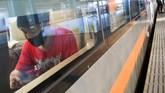 Penumpang mengenakan masker di dalam gerbong kereta api luar biasa relasi Gambir-Surabaya Pasar Turi lintas selatan di Stasiun Gambir, Jakarta, Selasa (12/5/2020). PT Kereta Api Indonesia (KAI) mengoperasikan kereta api luar biasa (KLB) jarak jauh untuk melayani penumpang yang dikecualikan sesuai aturan pemerintah dengan penerapan protokol pencegahan COVID-19 yang ketat hingga 31 Mei 2020 mendatang. ANTARA FOTO/M Risyal Hidayat/foc.