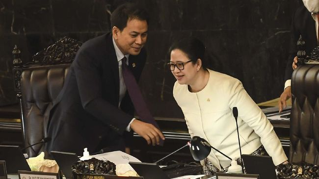Pimpinan DPR Azis Syamsuddin mengaku berbisik ke Puan Maharani supaya tidak ada suara dobel saat perdebatan pengesahan RUU Ciptaker memanas di paripurna.