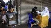 Petugas kesehatan melakukan pemeriksaan cepat atau rapid test COVID-19 di Pasar Larangan, Sidoarjo, Jawa Timur, Rabu (6/5/2020). Dinas Kesehatan kabupaten Sidoarjo melakukan rapid test secara acak terhadap pedagang dan pembeli terkait adanya salah satu pedagang di pasar tersebut positif terpapar virus Corona (COVID-19). ANTARA FOTO/Umarul Faruq/aww.