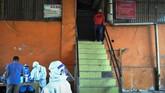 Petugas medis dari Dinas Kesehatan Kota Bogor melakukan tes swab kepada pedagang di Pasar Baru Bogor, Jawa Barat, Selasa (12/5/2020). Tes swab terhadap 16 pegawai Perumda Pasar Pakuan Jaya Kota Bogor dan pedagang Pasar Baru Bogor tersebut dilakukan untuk menelusuri kontak langsung dengan seorang pedagang yang terkonfirmasi positif virus Corona (COVID-19) di pasar tersebut. ANTARA FOTO/Arif Firmansyah/hp.