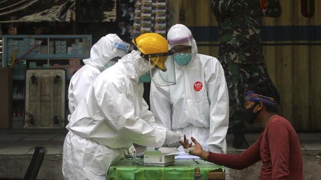 Petugas kesehatan melakukan pemeriksaan cepat  atau rapid test COVID-19 di Pasar Sentra Antasari, Banjarmasin, Kalimantan Selatan, Senin (4/5/2020). Dinas Kesehatan Kota Banjarmasin melakukan rapid test secara acak terhadap juru parkir, pedagang dan orang-orang  yang berpotensi terpapar COVID-19 saat beraktivitas di ruang publik. ANTARA FOTO/Bayu Pratama S/pras.