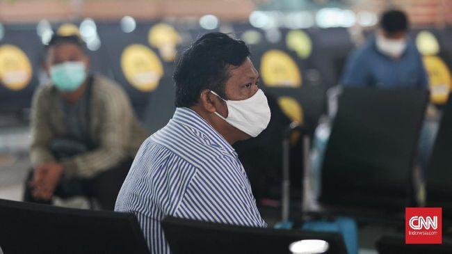 Calon penumpang melaporkan berkas kelengkapan perjalanan di posko pengendalian percepatan penanganan covid-19 Terminal 3 Bandara Soekarno Hatta, Tangerang, Banten, Rabu 13 Mei 2020. CNNIndonesia/Safir Makki