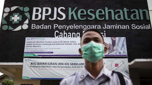 Petugas keamanan berjaga di depan kantor BPJS Kesehatan di Bekasi, Jawa Barat, Rabu (13/5/2020). Pemerintah akan menaikkan iuran BPJS Kesehatan pada 1 Juli 2020 seperti digariskan dalam Perpres Nomor 64 Tahun 2020 tentang Perubahan Kedua Atas Perpres Nomor 82 Tahun 2018 tentang Jaminan Kesehatan dengan rincian peserta mandiri kelas I naik menjadi Rp150.000, kelas II menjadi Rp100.000 dan kelas III menjadi 42.000. ANTARA FOTO/Dhemas Reviyanto/foc.