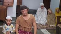 <p>Nah, walaupun di rumah aja, ibadah harus tetap jalan ya, Bun. Kayak keluarga Hanung Bramantyo dan Zaskia Adya Mecca ini. (Foto: Instagram @zaskiadyamecca)</p>