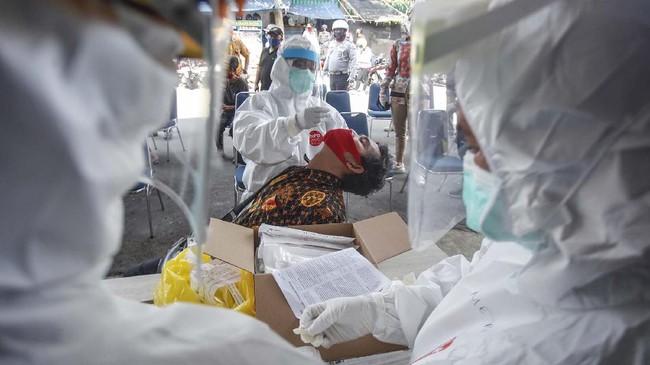 Petugas medis mengambil sampel saat 'swab test' COVID-19 di Pasar Kebon Kembang, Kota Bogor, Jawa Barat, Jumat (8/5/2020). Tes yang dilakukan secara acak untuk 175 pelaku usaha dan pedagang itu bertujuan untuk mendeteksi serta mencegah penyebaran COVID-19 di kawasan pasar tradisional. ANTARA FOTO/Yulius Satria Wijaya/pras.