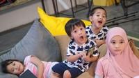 <p>Nah, ini buah hatinya Zaskia Adya Mecca dan Hanung Bramantyo, Bun. Selama di rumah aja, mereka semakin dekat satu sama lain karena sering melakukan aktivitas apapun bersama. (Foto: Instagram @zaskiadyamecca)</p>