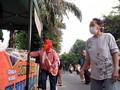 VIDEO: Antre Takjil Gratis, Warga Cempaka Putih Jaga Jarak