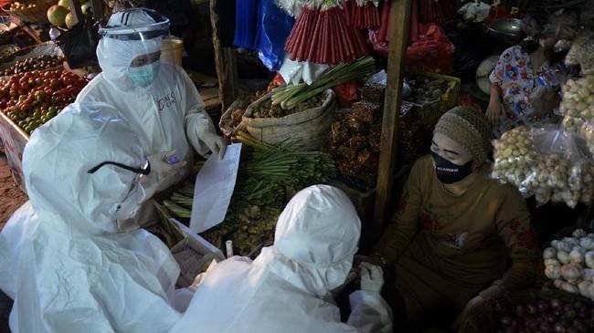 Petugas kesehatan mengambil sampel darah seorang pedagang saat menggelar Rapid Test atau pemeriksaan cepat COVID-19 di Pasar Tradisional Pa'baeng-Baeng, Makassar, Sulawesi Selatan, Selasa (12/5/2020). Rapid test yang dilakukan terhadap pedagang dan pengunjung pasar tersebut sebagai upaya antisipasi penyebaran COVID-19 pada sejumlah pasar tradisional di Kota Makassar. ANTARA FOTO/Abriawan Abhe/foc.