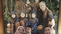 <p>Unik juga nih, foto bareng di depan foto keluarga dengan gaya yang sama seperti dilakukan keluarga Irfan Hakim ini. Bisa dicoba di rumah lho, Bun. (Foto: Instagram @irfanhakim75)</p>