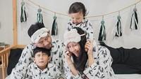 <p>Mau tidur aja bajunya kembar, emang kompak banget nih keluarga Ryan Delon dan Sharena. (Foto: Instagram @mrssharena)</p>