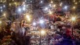 Aktivitas jual beli di Pasar Cibinong, Bogor, Jawa Barat, Selasa (12/5/2020). Menteri Perdagangan Agus Suparmanto mengatakan, pihaknya akan menindaklanjuti usulan tes bagi para pedagang pasar. Sebab, kata dia, Kemendag juga harus memastikan kegiatan ekonomi di sektor perdagangan tetap berjalan. ANTARA FOTO/Yulius Satria Wijaya