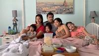 <p>Hangat banget nih keluarga Nadia Mulya, santai sambil makan camilan. (Foto: Instagram @nadiamulya)</p>
