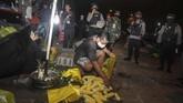 Petugas menasihati para pedagang tentang jam malam saat penerapan hari pertama PSBB di pasar tumpah, Palangkaraya, Kalimantan Tengah, Senin (11/5/2020) malam. Kegiatan patroli malam yang di laksanakan Polisi dan TNI di pasar tersebut mengimbau warga untuk mematuhi peraturan Pembatasan Sosial Berskala Besar (PSBB) sebagai upaya memutus rantai penyebaran COVID-19. ANTARA FOTO/Makna Zaezar/hp.