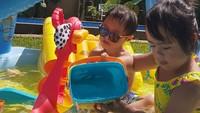 <p>Kata Cynthia Lamusu, bermain air adalah salah satu permainan favorit Tatjana dan Bima selama di rumah aja, Bun. Seru banget nih kelihatannya. (Foto: Instagram @cynthia_lamusu)</p>