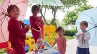 <p>Lho, krucil-krucilnya Celine Evangelista mau apa nih, kok bawa payung? He he he. Ada-ada saja ya, Bun, aktivitas anak-anak menggemaskan ini. (Foto: Instagram @celine_evangelista)  </p>