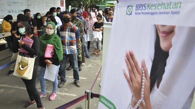 Sejumlah warga mengantre di kantor Badan Penyelenggaraan Jaminan Sosial (BPJS) Cabang Medan, Sumatera Utara, Kamis (14/5/2020). Pemerintah menaikan iuran BPJS Kesehatan melalui Perpres Nomor 64 Tahun 2020 tentang Jaminan Kesehatan yang akan berlaku mulai 1 Juli 2020 bagi Peserta Bukan Penerima Upah (PBPU) dan peserta Bukan Pekerja (BP) menjadi sebesar Rp150.000 untuk kelas I, Rp100.000 untuk kelas II dan Rp42.000 untuk kelas III. ANTARA FOTO/Septianda Perdana/nz