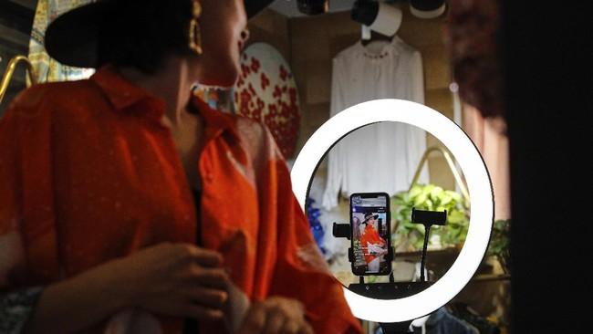 China memiliki pendidikan tentang produk dan cara menggunakannya. Kedua hal ini dibungkus dengan hiburan yang ditayangkan secara langsung melalui media sosial atau aplikasi belanja. (AP Photo/Andy Wong)