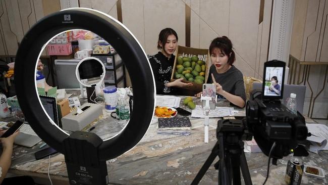 Beberapa perusahaan e-commerce terbesar di China mulai 'bertaruh' menggunakan pola jualan livestreaming. Mereka menggandeng artis atau selebgram untuk promosi produk. (AP Photo/Andy Wong)