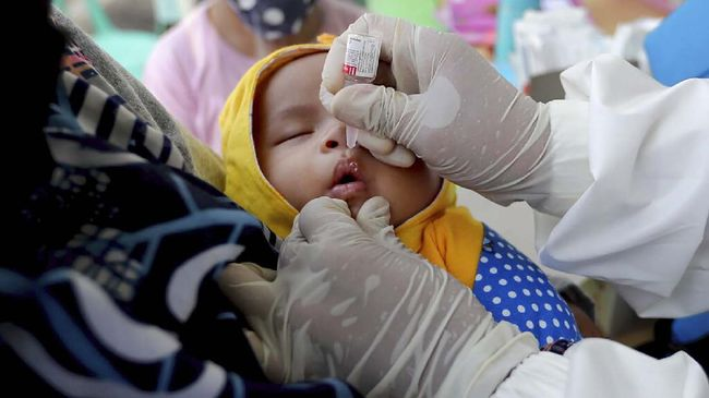 A baby receives a polio vaccination at a community health center in Tangerang, Indonesia, Tuesday, May 12, 2020. (AP Photo/Tatan Syuflana)