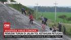 VIDEO: Pemudik Turun di Jalan Tol Ketahuan Petugas