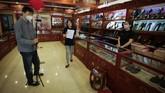 Banyak ritel di China mulai 'lari' ke live streaming sebagai saluran berjualan. Dengan live streaming, penjual dapat berinteraksi langsung dengan pembeli secara real time. (AP Photo/Andy Wong).