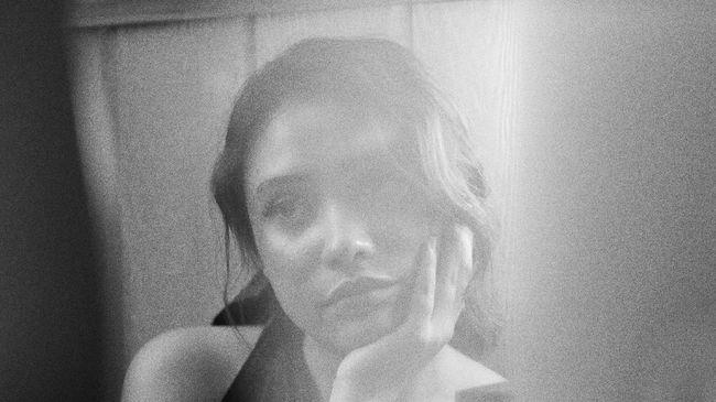 Solois pendatang baru, Regina Gabriela, merilis single perdana bertajuk Easy secara digital. Lagu itu ia rilis bersamaan dengan video lirik.