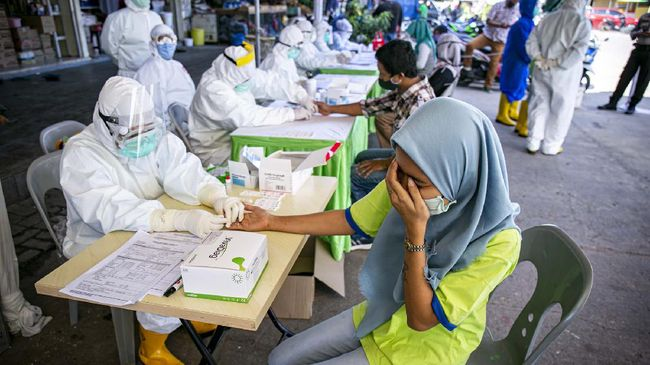 Petugas medis melakukan pemeriksaan cepat (rapid test) COVID-19 terhadap sejumlah pedagang di Pasar Botania 2, Batam, Kepulauan Riau, Jumat (15/5/2020). Pemeriksaan ini dilakukan untuk mencegah penyebaran COVID-19 di sejumlah pasar tradisional. ANTARA FOTO/M N Kanwa