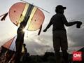 FOTO: Menerbangkan Layang-layang Kala Ngabuburit