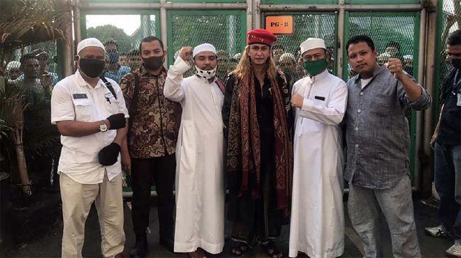 Pendakwah Bahar Bin Smith bebas dari masa tahanan di Lapas Pondok Rajeg, Cibinong, Kabupaten Bogor pada Sabtu (16/5)