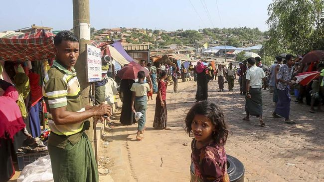 Rohingya refugees gather at a market as first cases of COVID-19 coronavirus have emerged in the area, in Kutupalong refugee camp in Ukhia on May 15, 2020. - Emergency teams raced on May 15 to prevent a coronavirus