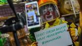 Pegiat badut sulap Mr Arian Maestro menunjukkan kepada penonton cara memakai masker yang benar sekaligus memainkan trik dalam permainan sulap melalui platform media sosial Facebook di rumahnya, Bumi Resik Panglayungan, Kota Tasikmalaya, Jawa Barat. ANTARA FOTO/Adeng Bustomi