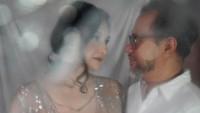 <p>Pernikahan Mona dan suaminya Indra Brasco kini telah menginjak tahun ke-17. Namun, keduanya masih tampak romantis saat sesi berfoto berlangsung (Foto: Instagram @monaratuliu)</p>