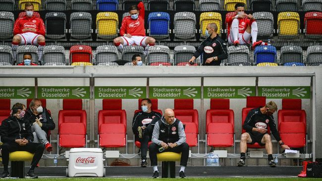 Fortuna Duesseldorf's German head coach Uwe Roesler sits on the sideline during the Bundesliga soccer match between Duesseldorf and  Paderborn in the Merkur Spiel-Arena, Duesseldorf, Germany, Saturday, May 16, 2020. The German Bundesliga becomes the world's first major soccer league to resume after a two-month suspension because of the coronavirus pandemic. (Sascha Schuermann/AFP pool via AP)