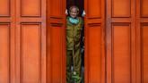 Pegiat badut sulap Mr Arian Maestro berpakaian seragam Pegawai Negeri Sipil (PNS) di Kantor UPTD (Unit Pelaksana Teknis Daerah) Metrologi Legal di Kota Tasikmalaya, Jawa Barat. ANTARA FOTO/Adeng Bustomi
