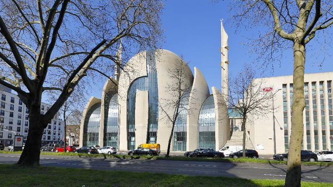 Cologne, Germany - April 01, 2020. The Central Mosque is designed by German architect Paul Böhm in non-Ottoman style - with concrete and glass. The building is one of the biggest mosque in Europe. Fast road (Innere Kanalstraße) in front.