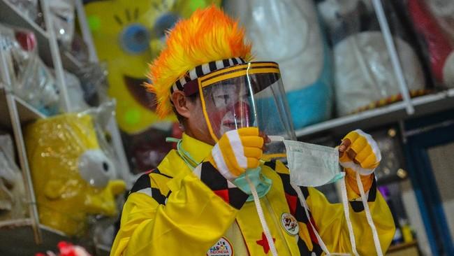 Pegiat badut sulap Mr Arian Maestro membagikan pamflet digital melalui telepon pintarnya kepada grup whatsapp sebelum memainkan trik dalam permainan sulap melalui platform media sosial Facebook di rumahnya, Bumi Resik Panglayungan, Kota Tasikmalaya, Jawa Barat.