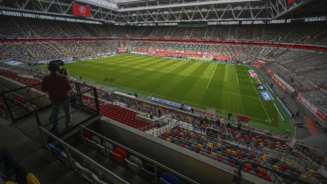Siaran langsung pertama pertandingan sepak bola terjadi pada 16 September 1937 yang menampilkan laga internal kesebelasan Arsenal.