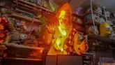Pegiat badut sulap Mr Arian Maestro memainkan trik dalam permainan sulap melalui platform media sosial Facebook di rumahnya, Bumi Resik Panglayungan, Kota Tasikmalaya, Jawa Barat.