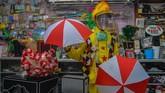 Pegiat badut sulap Mr Arian Maestro memainkan trik permainan sulap melalui platform media sosial Facebook di rumahnya, Bumi Resik Panglayungan, Kota Tasikmalaya, Jawa Barat. ANTARA FOTO/Adeng Bustomi