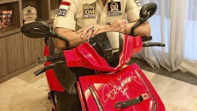 Motor listrik merek Gesits milik Presiden Jokowi yang telah ditandatangani Presiden akan dilelang dalam konser virtual