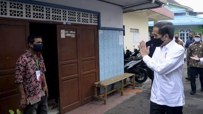 Presiden Joko Widodo membagikan sembako tahap III di Johar Baru, Jakarta, Senin (18/5)