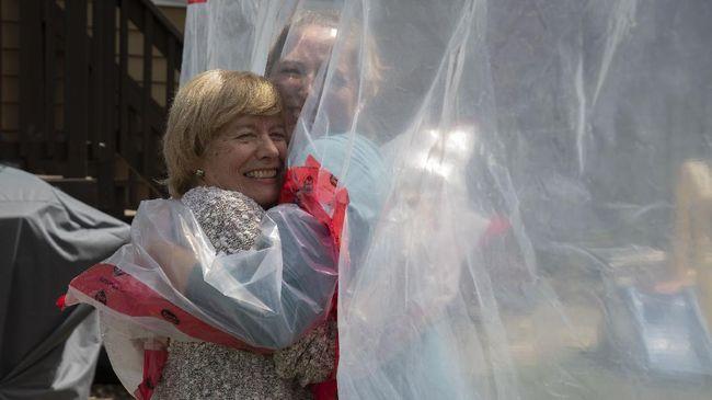 Carolyn Ellis (R) hugs her mother Susan Watts using the